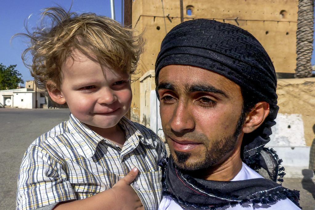 Oman: Kind und Omani (P. Valentin)
