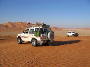 Oman: Geländewagen in der Wüste