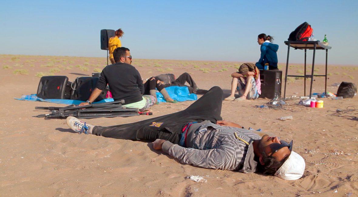 In der Wüste um Teheran organisieren Anoosh und Arash einen illegalen Rave