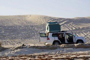 Oman Dachzelt 2016 Auto mit Dachzelt aufgebaut am Strand