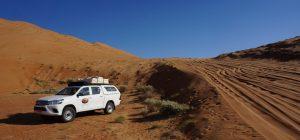 Oman: Jeep mit Dachzelt in der Wüste