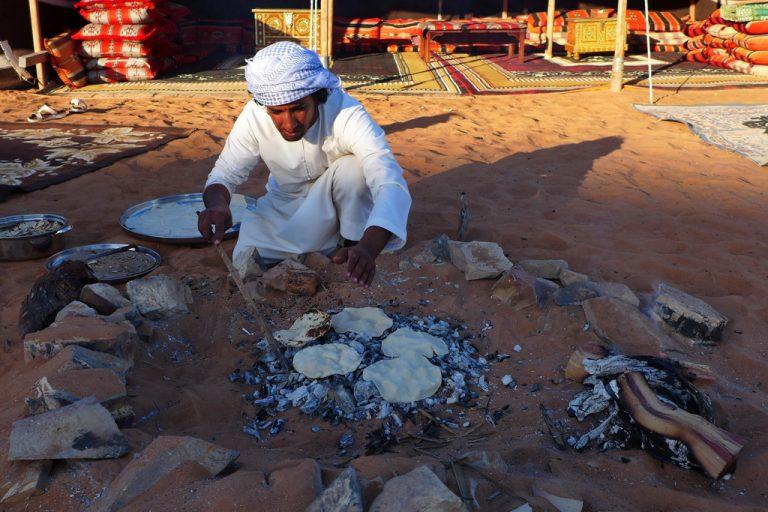 Oman: Fladenbrote werden gebacken