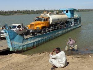 Sudan: Wasserträger an der Fähre