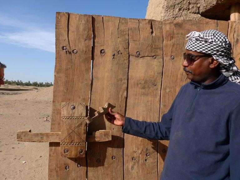 Sudan: Guide Hamid und ein rekonstruiertes nubisches Türschloss