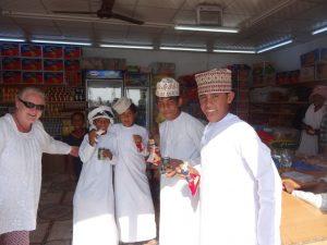 Oman: Kinder im Supermarkt