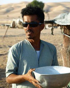 Ibrahim al-Balushi verteilt frische Kamelmilch