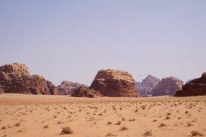 Kleidung in Jordanien: Blick auf die Felsenwüste
