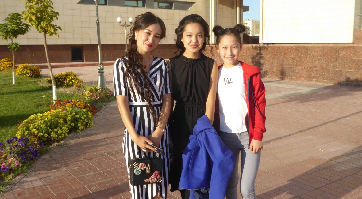 Kleidung in Usbekistan: Gruppe junger Frauen