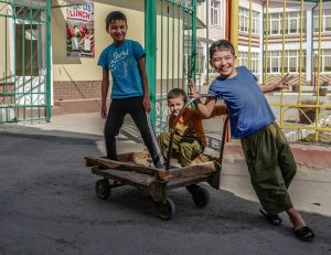 Kleidung in Usbekistan: Kinder in einem usbekischen Dorf