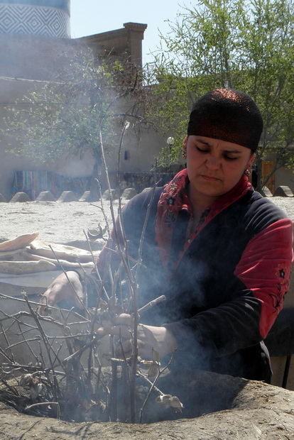 Brotbackofen in Khiwa (Usbekistan): Anheizen mit Feuerholz